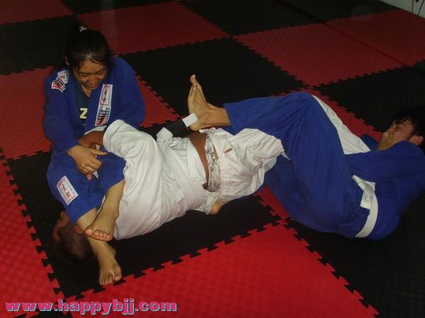锁腿mm新图:快乐巴西柔术